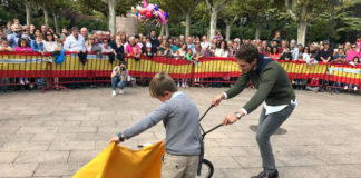 El diestro Ginés Marín embiste a un niño riojano en el improvisado ruedo