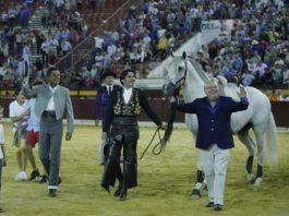 Iniesta y Carrillo junto a Diego Ventura y el caballo Dólar tras el indulto de Perdido en Murcia. FOTO: Glez Arjona - Aplausos