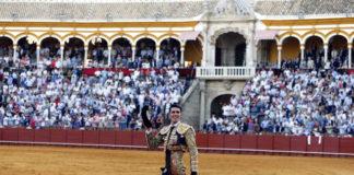 Talavante con la taleguilla rota dando la vuelta al ruedo en Sevilla