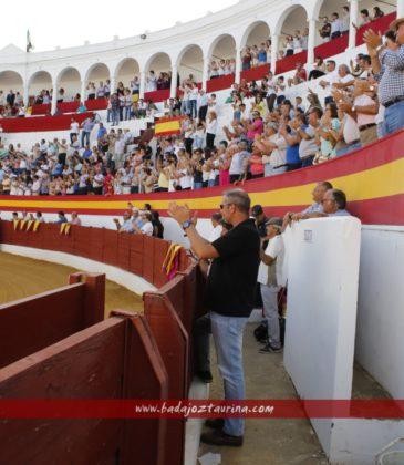 La plaza en pie cuando sonó el himno de España