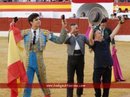 Alejandro Rivero y el mayoral de Cayetano dando la vuelta al ruedo en Zafra. (FOTO: Archivo)