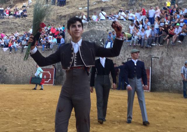 Manuel Perera paseando sus trofeos en Segura de la Sierra