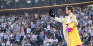 Ginés Marín saluda a la afición maña tras su actuación con el primero de su lote (FOTO: SCP)