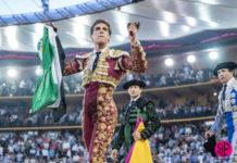 Ginés Marín con las orejas cortadas en Zaragoza y la bandera de Extremadura (FOTO:SCP)