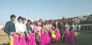 Alumnos y profesores de la escuela de Badajoz rodean a Quitó en su despedida