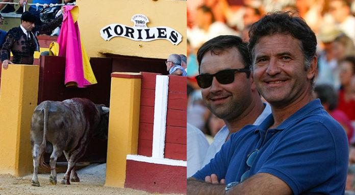 Los hermanos Antonio y Carlos Muñoz orgullosos al ver como Aturdido volvía con vida a los corrales y minutos antes otro de sus toros era premiado con vuelta al ruedo en el arrastre (FOTO: Juan Téllez - Desdelcallejon.com)