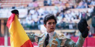 Juanito, con el trofeo cortado en Zaragoza, dando la vuelta al ruedo (FOTO: SCP)