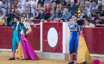Manuel Izquierdo y Jesús Díez 'Fini' saludan tras poner banderillas en Zaragoza al primero del lote de su matador, Ginés Marín (FOTO: SCP)