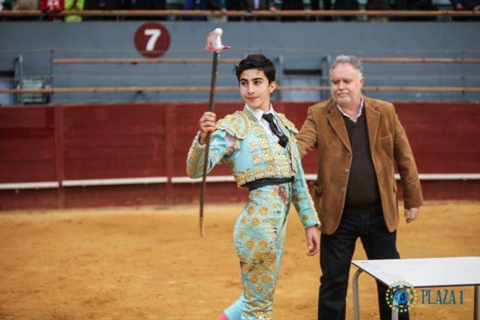 Manuel Perera con el trofeo que le acredita como triunfador de LA Oportunidad (FOTO: Plaza 1)