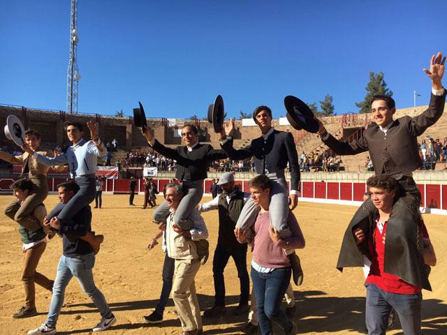 Los actuantes en el festival de Villafranca de los Barros en hombros (FOTO: CEDIDA)