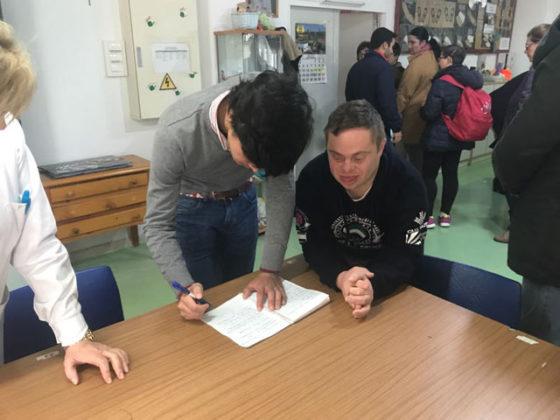 Juanito firmó autógrafos a los alumnos