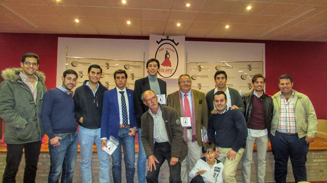 Intervinientes de la charla-coloquio junto a los socios de la peña (FOTO: Pilares)