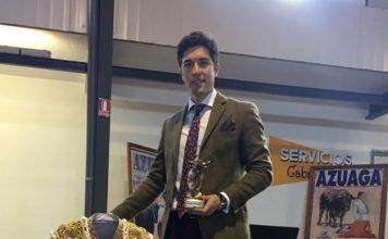 Bolsico con el trofeo que recibió en Azuaga