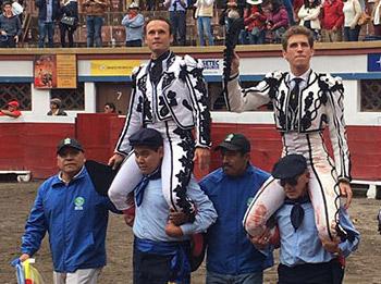 Antonio Ferrera y Ginés Marín salen a hombros del coso de La Belmonte de Quito (FOTO: SABAY)