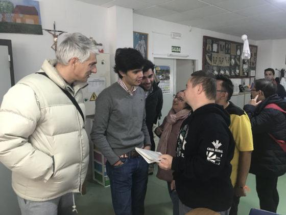 Juanito charló con uno de los alumnos