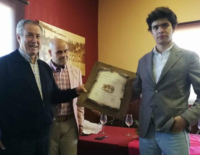 Juanito con el premio que recibió en Fuentes de León como mejor novillero de su feria del Corpus
