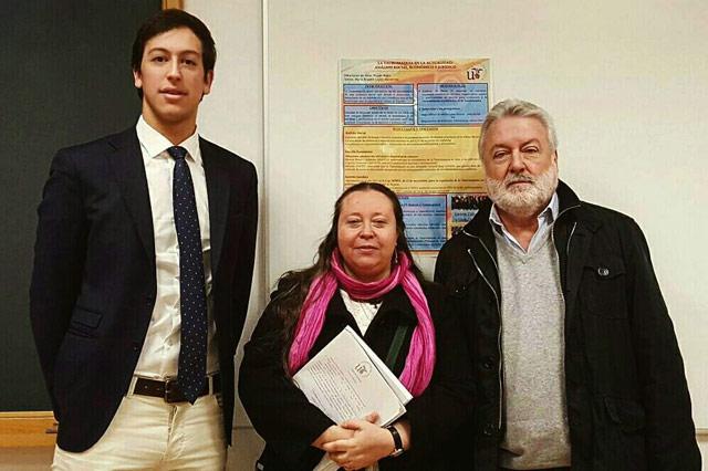 Silva junto con dos de los tres profesores que evaluaron su TFG