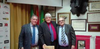 Caco Senante junto a Mateo Giralt (presidente del CTE de Badajoz) y Juan Calixto Galán, presentador del acto (FOTO: FL)