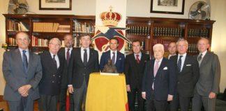 Antonio Ferrera junto al premio y el jurado que se lo concedió (FOTO: Manolo Vasco)