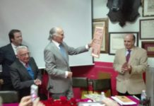 El diestro Mario Coello con el cartel de su alternativa, obsequio del Club Taurino de Badajoz (FOTO: FL)