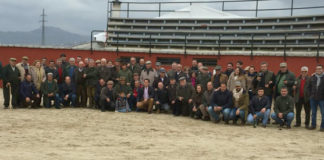 Los peñistas posando en la plaza de tientas de la ganadería de Aurelio Hernando