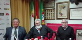 Jesús García Calderón escoltado por Mateo Giralt y José María Sánchez Paulete (FOTO: FL)