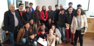 Alumnos, profesores y personal directivo junto a la ponente (FOTO: Diputación de Badajoz)