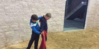 Un joven alumno de la ET de Badajoz corrige con paciencia la postura del compañero recién llegado
