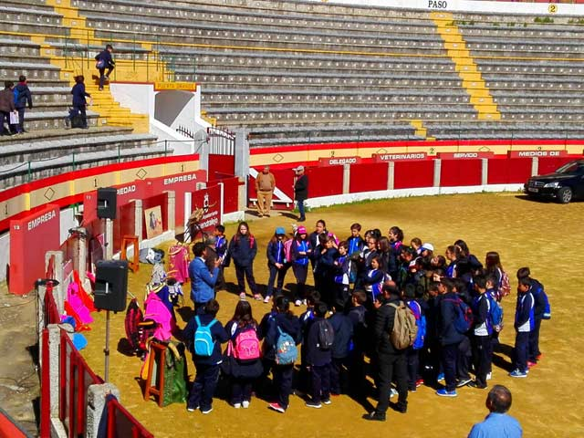 Fernando González rodeado de los escolares mientras les explica los pormenores de la actividad