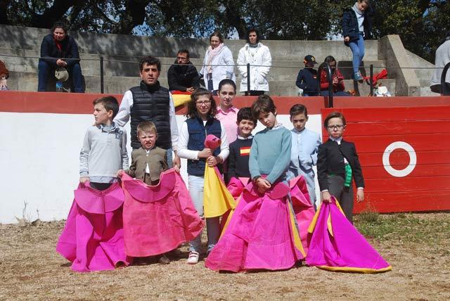 Los alumnos más pequeños del Taller junto al banderillero Fernando González (FOTO: CEDIDA)