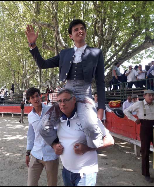 El alumno Alejandro Rivero paseado en hombros tras indultar a Cocody en Manduel (Francia)