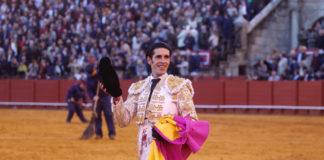 Alejandro Talavante con el premio conseguido en Sevilla (FOTO: Toromedia)