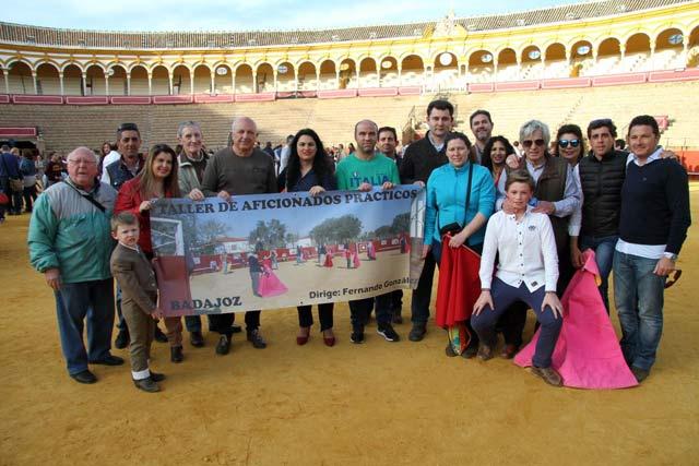 Los asistentes al acto de puertas abiertas posando con la pancarta del Taller. Foto: Mónica Gavira
