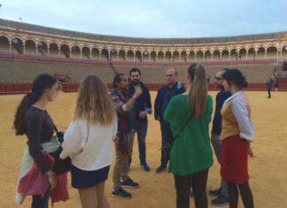 Cartujano explicando detalles de La Maestranza a algunos de los excursionistas italiano