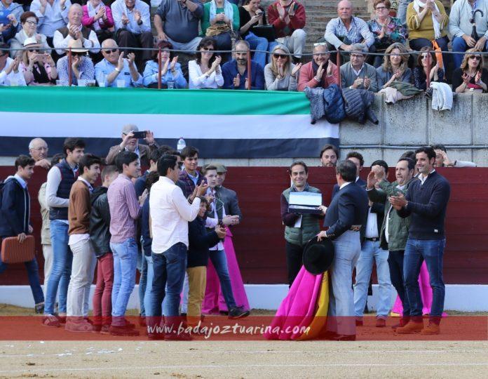 Alumnos y amigos de Luis Reina otorgándole un recuerdo