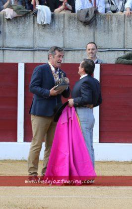 Balta Manzano entrega un recuerdo de la Peña El Albero