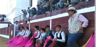 Los alumnos de la escuela junto a su maestro Luis Reina en Puebla de Sancho Pérez (FOTO: Diputación de Badajoz)