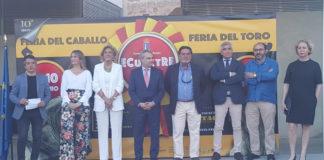 La plana mayor del Ayuntamiento de Badajoz junto a José Cutiño en el acto celebrado en Badajoz