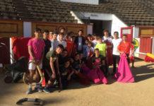 Talavante rodeado por los alumnos de la escuela taurina de Badajoz