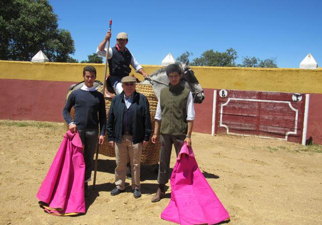 Los dos novilleros junto al ganadero y el picador Álvaro Marrón (FOTO: Cedida)