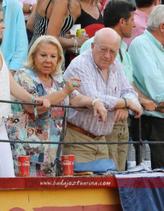 José Luis Iniesta y señora, en su sitio de costumbre