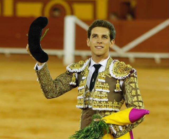 Ginés Marín con el trofeo conquistado en Algeciras (FOTOS: Arjona-aplausos)