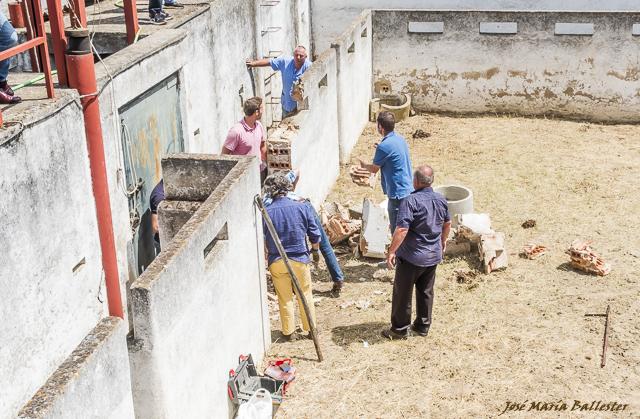 Los operarios proceden a retirar parte del muro