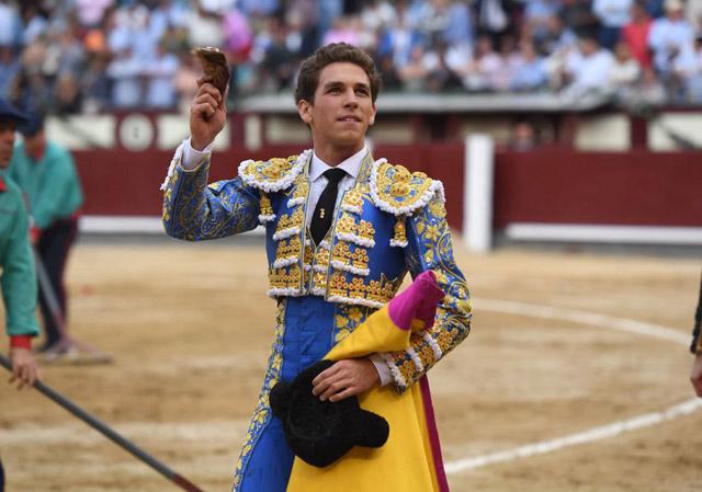 Ginés Marín con la oreja de su primero (FOTO: Javier Arroyo-Aplausos)