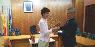Manuel Perra recibe de manos del alcalde de Alba de Tormes el trofeo Botijo de Filigrana