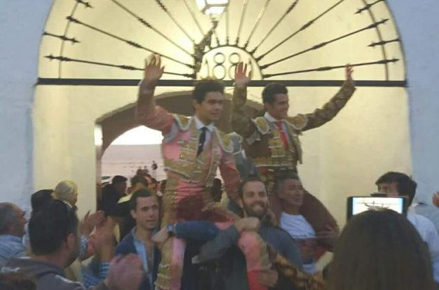 Juanito y Moreno a hombros (FOTO:MJ Jaramillo)