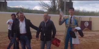 Alejandro Rivero mostrando el trofeo recibido en Villafranca de xira, la tierra del maestro Mendes