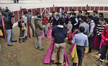 El maestro Cartujano impartiendo una clase a los alumnos de la Escuela (FOTO: Diputación de Badajoz)