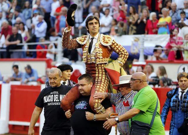 Perera a hombros en Santander (FOTO: Arjona-Aplausos.es)