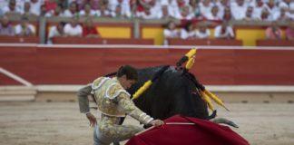 Bonito inicio de faena a su primero en Pamplona. (FOTO: Javier Arroyo)